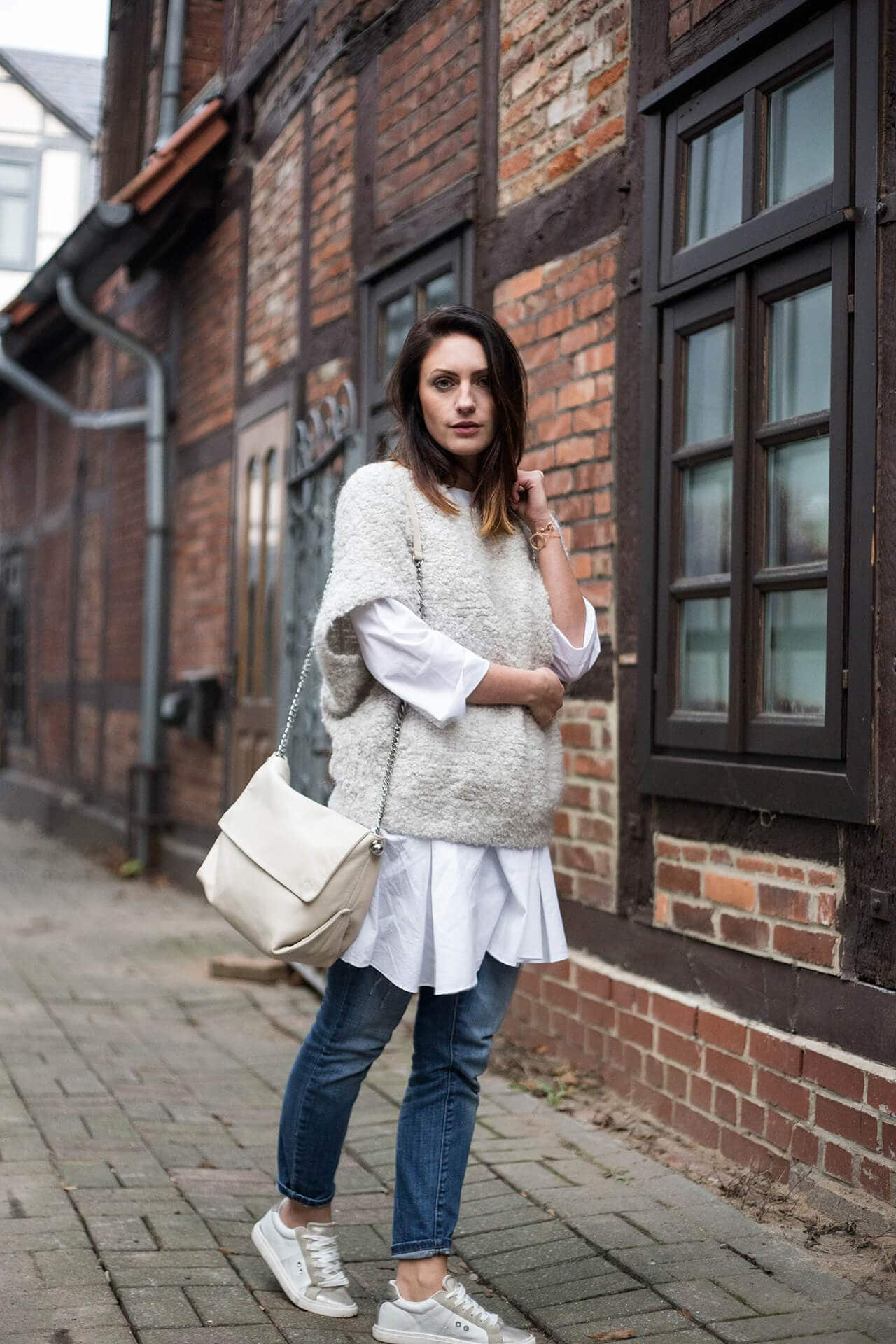 Layering Look Longbluse mit Oversize Strick Sneaker mit