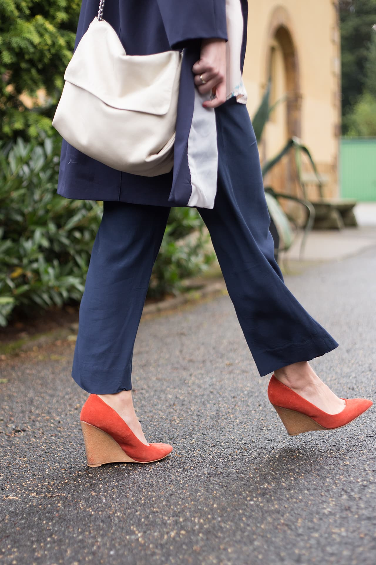 Luftig leichter Look aus Seide Wedges Pumps Zara
