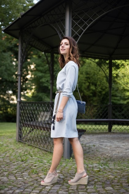 Gartenparty Outfit in hellblau Pavement Schuhe