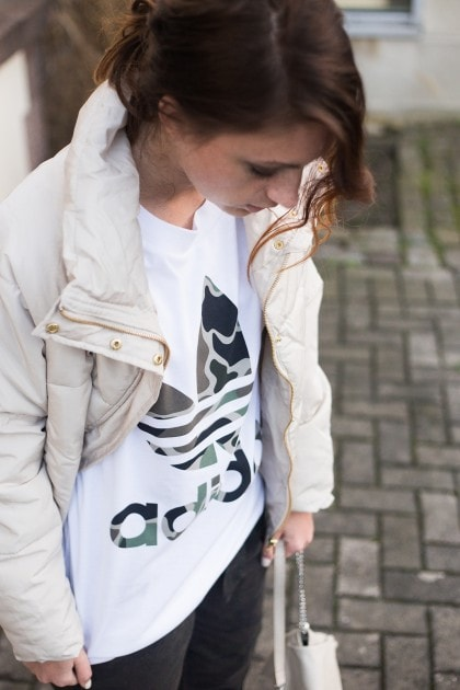 Sportliches Camouflage Outfit | Oversize T-Shirt Adidas Originals