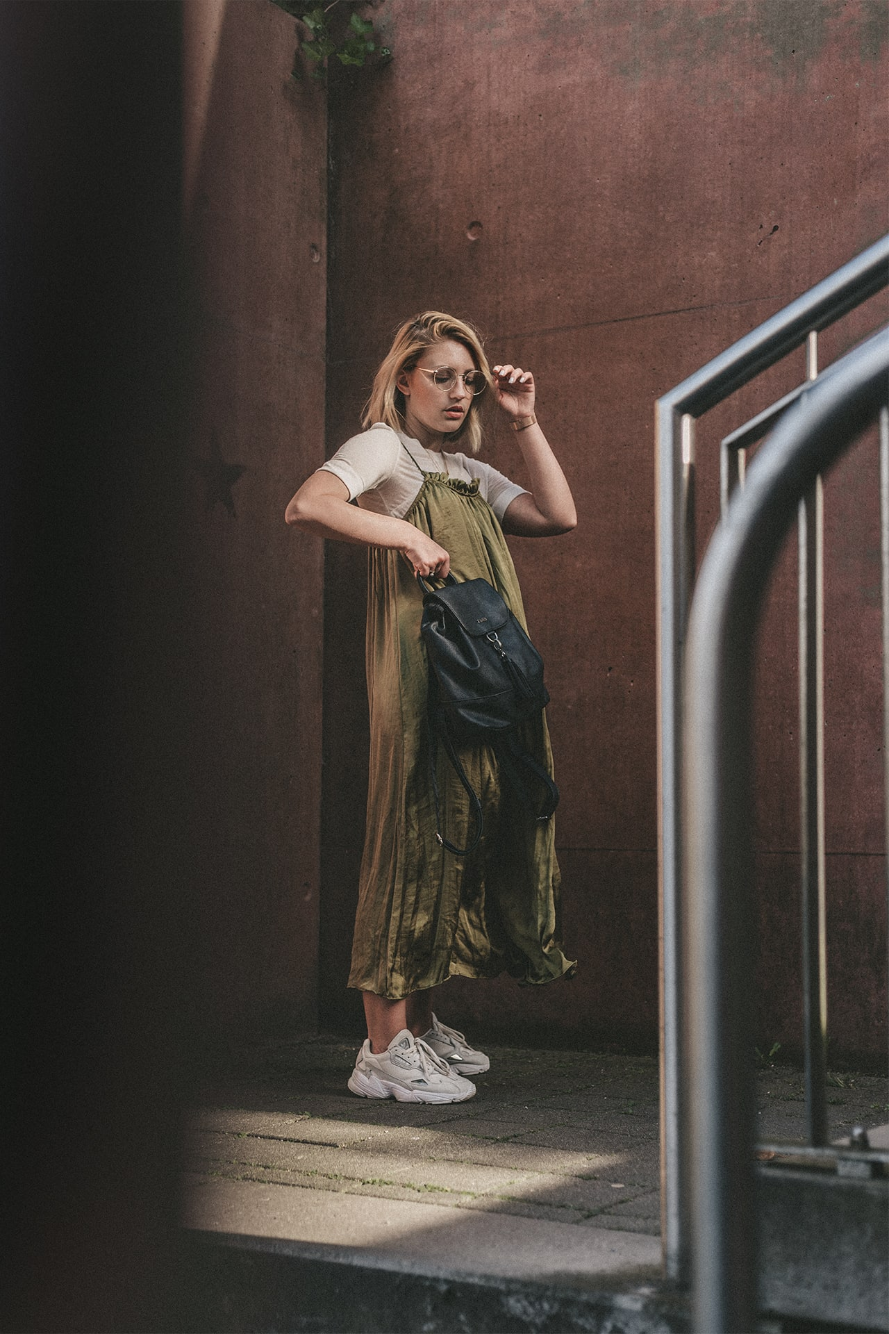 Langes Slipdress mit T-Shirt und Sneakers